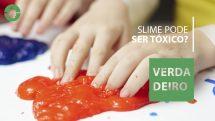 """Mãos de criança brincando com slime vermelho e a frase """"Slime pode ser tóxico? Sim""""."""