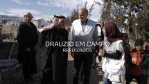 Drauzio caminhando com guias entre tendas de refugiados sírios no Líbano.