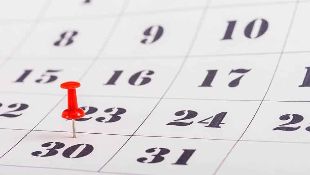 Folha de calendário com dia 30 marcado com pin. Marque um dia para parar de fumar