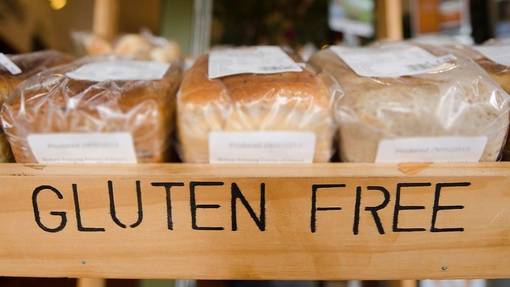 Prateleira com pães escrita gluten free.