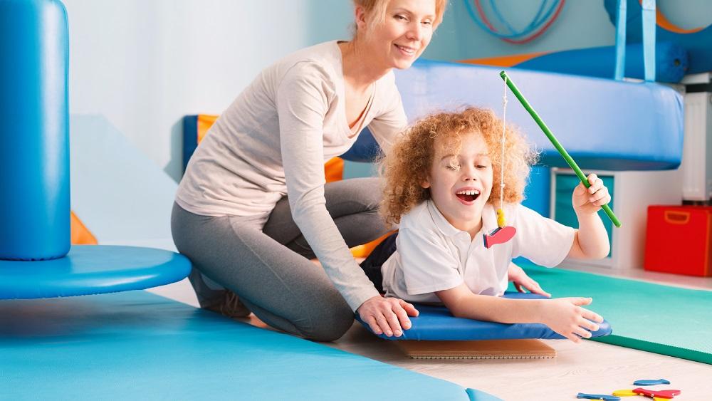Profissional de terapia ocupacional ajuda pacientes de todas as idades a realizar atividades.