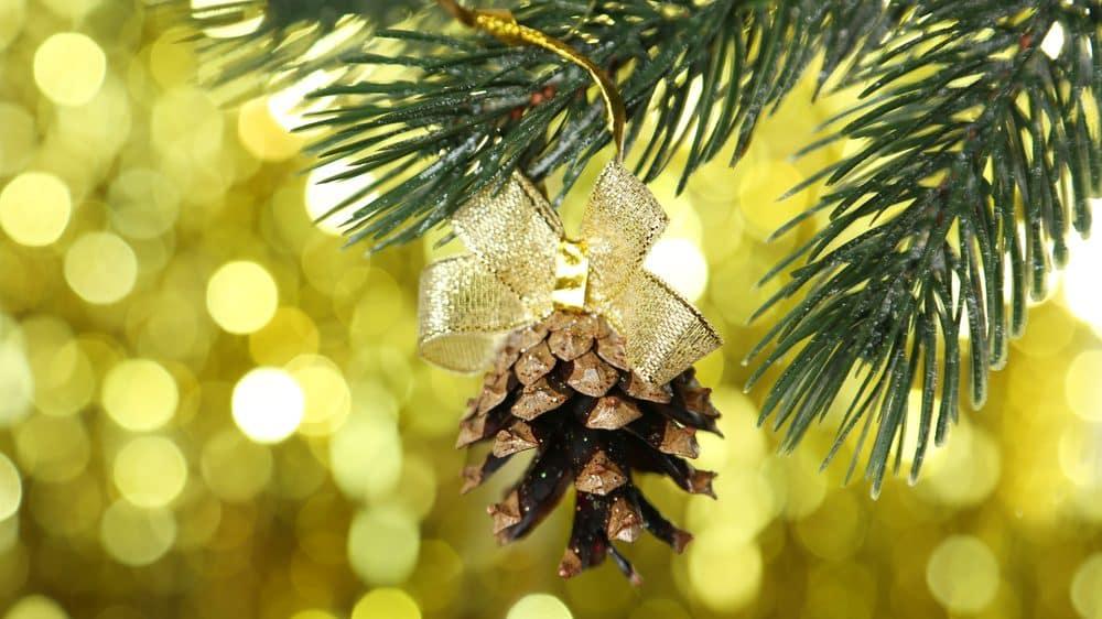 foco em pinha pendurada em árvore de natal. Ano novo marca o fim da temporada de festas