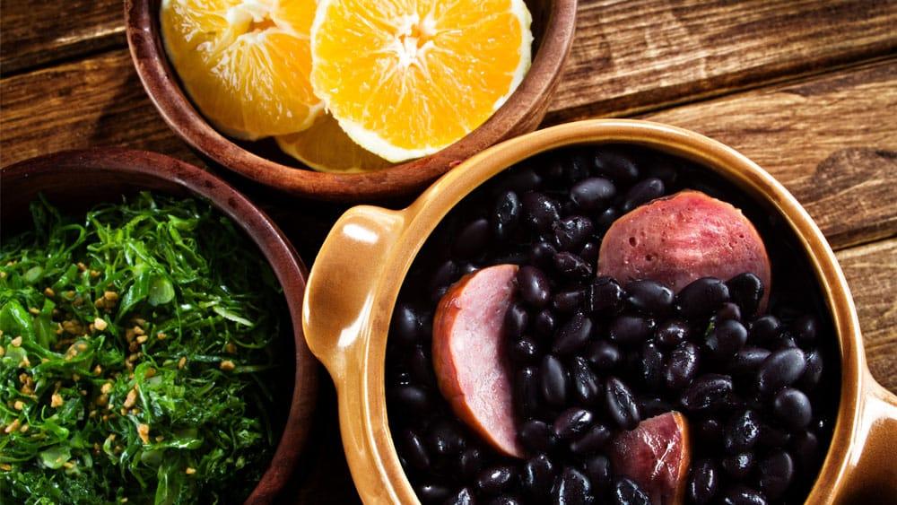 Feijoada, couve e laranja são alguns dos alimentos que pertencem aos hábitos alimentares brasileiros