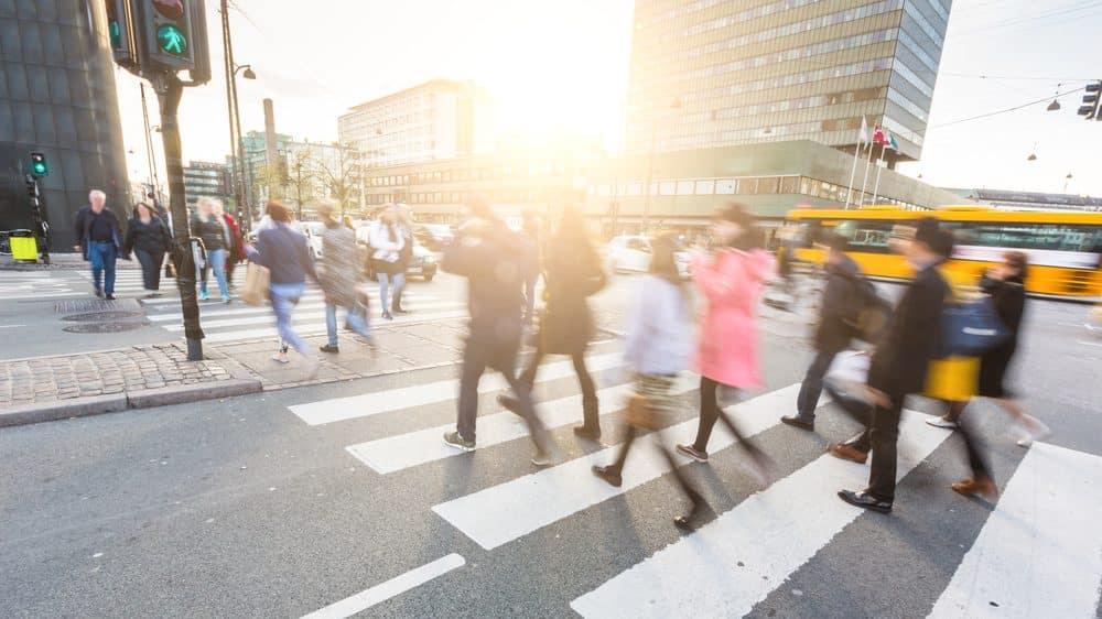 pessoas atravessando a rua. epidemia de covid-19 muda hábitos