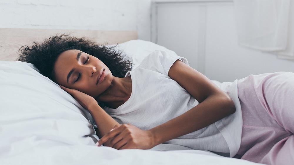 mulher dorme na cama. veja matéria sobre sono e quarentena