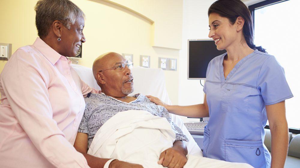 enfermeira ao lado de paciente acamado. Enfermeiras são fundamentais no cuidado médico