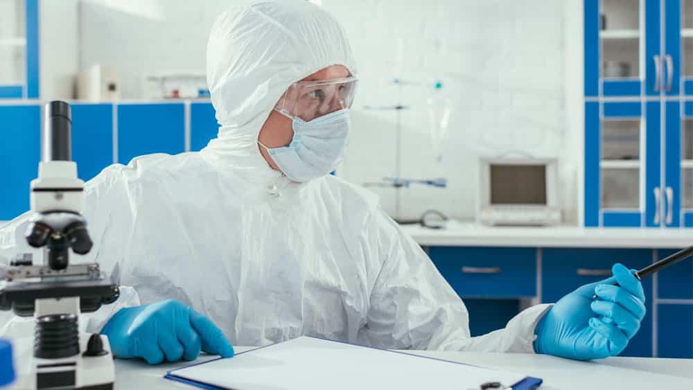 Laboratório analisa caso suspeito de coronavírus, essencial para atualizar os dados da doença.