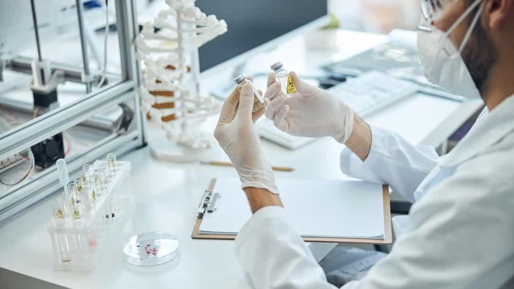 pesquisador laboratório estuda vacina. interrupção de estudo com vacina gera polêmica