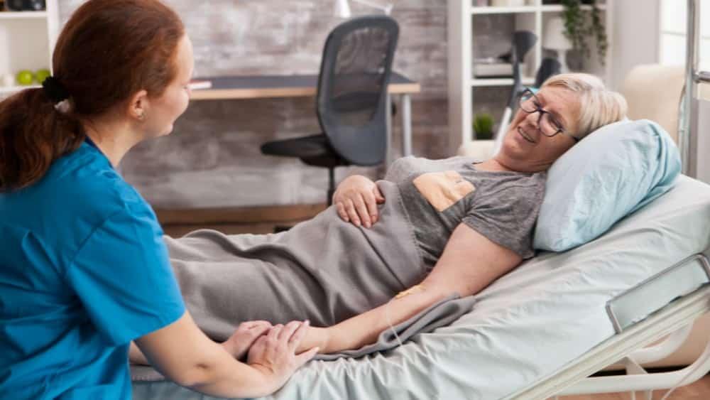 Idosos acamados podem desenvolver úlcera por pressão e dermatites. Veja como prevenir.