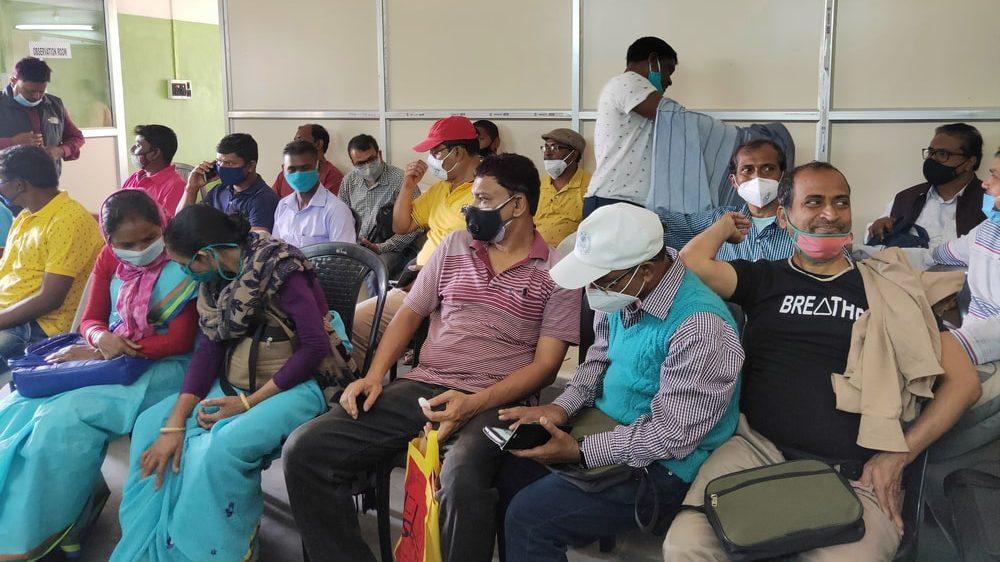 pessoas na índia aguardam atendimento médico. Pandemia pode gerar uma sindemia de outras doenças